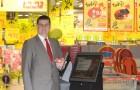 Rimi Latvia valdes priekssedetajs Valdis Turlais iemegina Mans Rimi kioskus - pirmo personalizeto iepirksanas sistemu Baltija