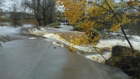 Suntažos plūdi izposta dambi un ceļu